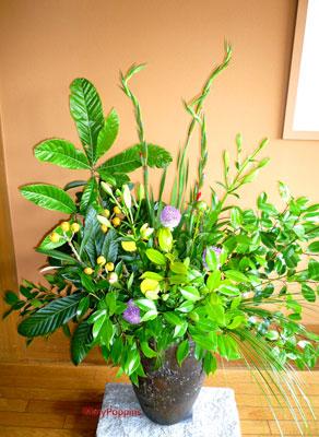 ビワとギガンジウム、グラジオラスの生け込みの花
