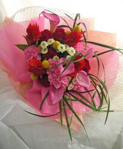 カラーとケイトウを使ったお誕生祝いの花束