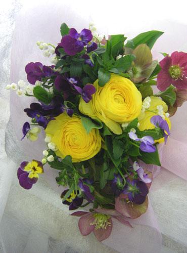 スミレとラナンキュラスの花束