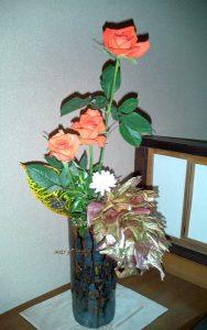 ポプラの葉とバラのアレンジ
