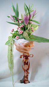 資材を使った花束。